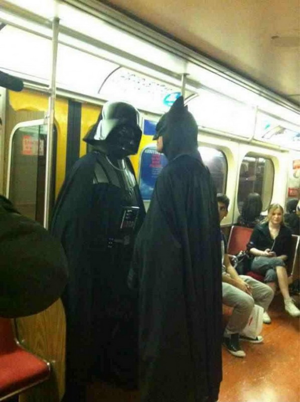 Batman e Darth Vader no metrô title=